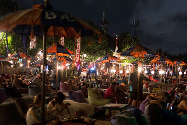 Bersantai Pantai Double Kompas Wisatawan Menikmati Malam Bali Sabtu 30