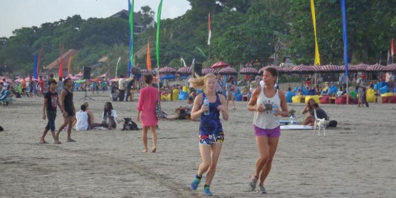 Bersantai Pantai Double Kompas Wisatawan Seminyak Bali Minggu 6 4