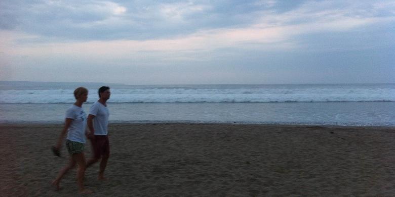 Cerita Senja Hilang Bawah Warna Warni Payung Kompas Dua Wisatawan