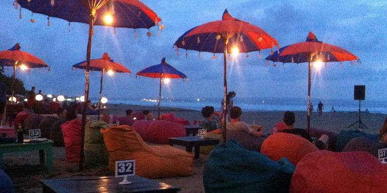 Cerita Senja Hilang Bawah Warna Warni Payung Kompas Wisatawan Duduk