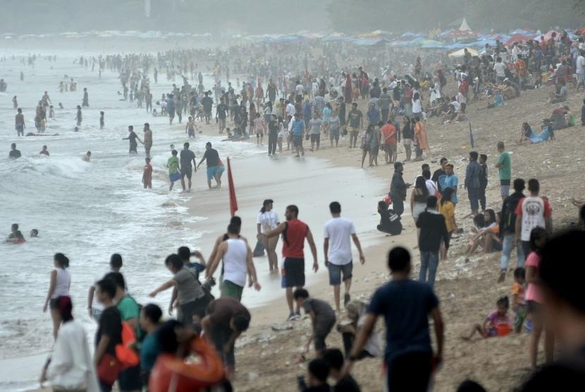Kompak Aksi Bersihkan Sampah Pantai Kuta Oleh Ribuan Muslim Bali