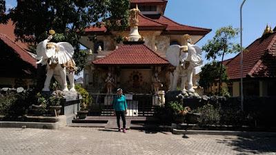 Peribadatan Puja Mandala Bali Pejalan Santai Kab Badung