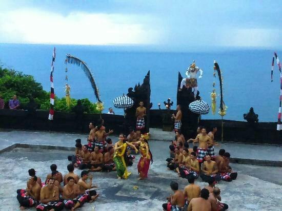 Pura Luhur Uluwatu Bali Sewa Mobil Dibali Wisatawan Datang Mengabadikan