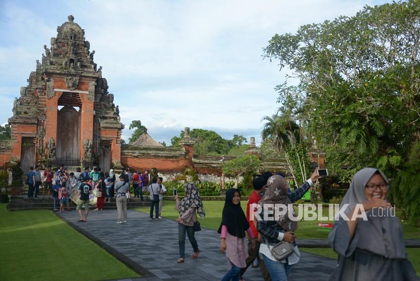 Kunjungan Wisatawan Bali Meningkat Republika Online Berfoto Pura Taman Ayun
