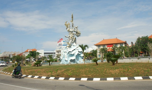 Imf Dua Patung Badung Dihias Air Mancur Menari Sambut Simpang