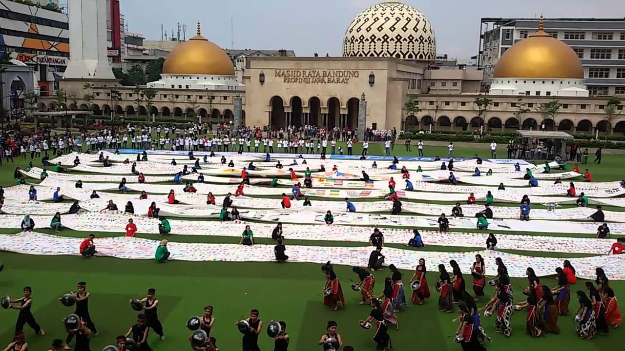 Mahasiswa Upi Bentangkan 20 000 Perca Integritas Antikorupsi Alun Bandung