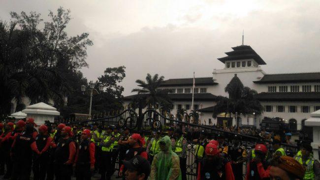 Aksi Pengawalan Kbpp Rekomendasi Umsk 2018 Karawang Gedung Sate Bandung