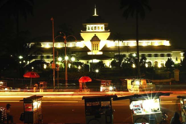 Gedung Sate Bandung Malam Hari Outbound Cileunca Adventure Masyarakat Kota