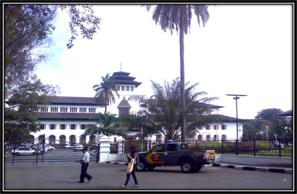 Merlyanda Puspa Indah Lihat Gedung Sate Bandung Kab