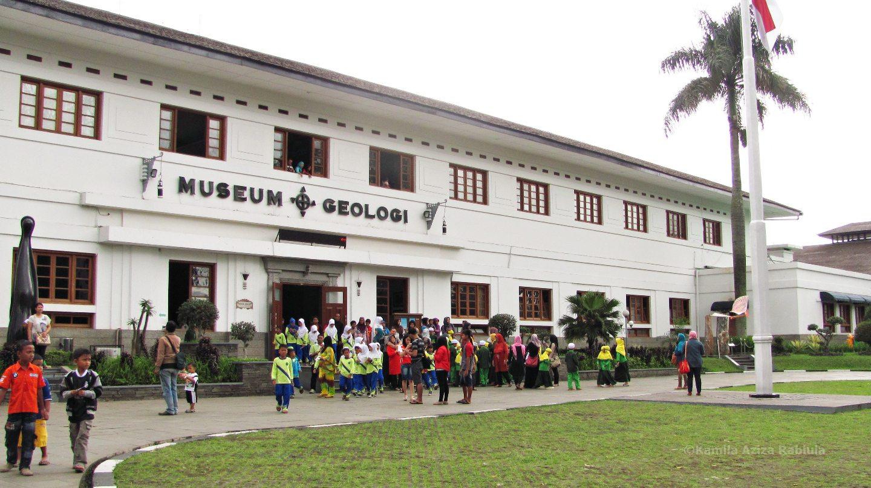 Museum Geologi Bandung Mind Forest Pengunjung Duduk Depan Wangsit Mandala