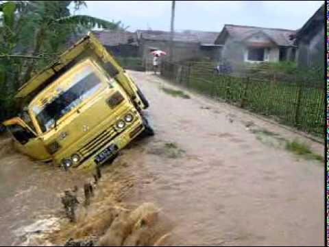 Banjir Parahyangan Kencana Kab Bandung Youtube