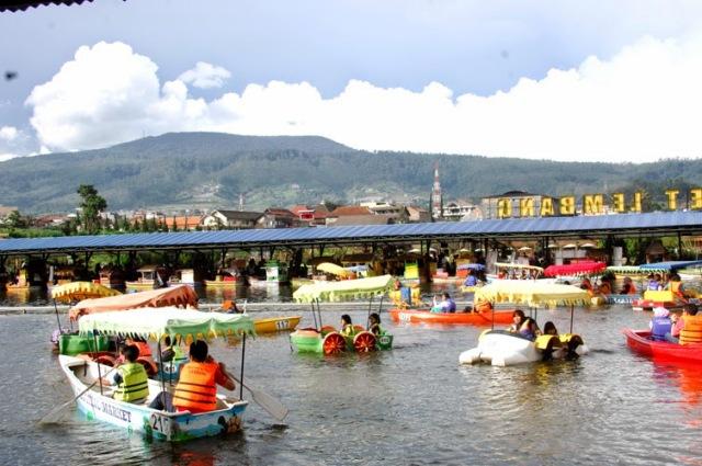 Floating Market Lembang Tempat Wisata Seru Bandung Naik Perahu Pasar