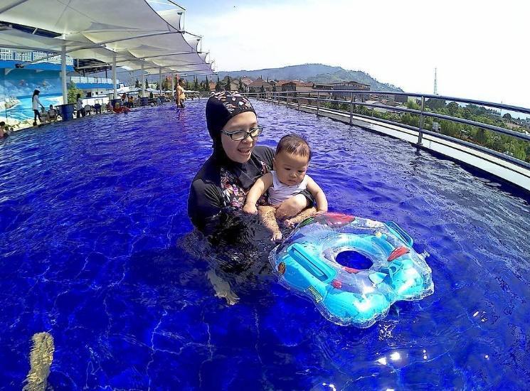 Kolam Renang Khusus Wanita Floating Market Lembang Sportourism Id Pasar