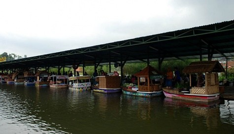 Pasar Apung Lembang Tawarkan Suasana Fantastis Ensiklopedi Wisata Jajaran Perahu