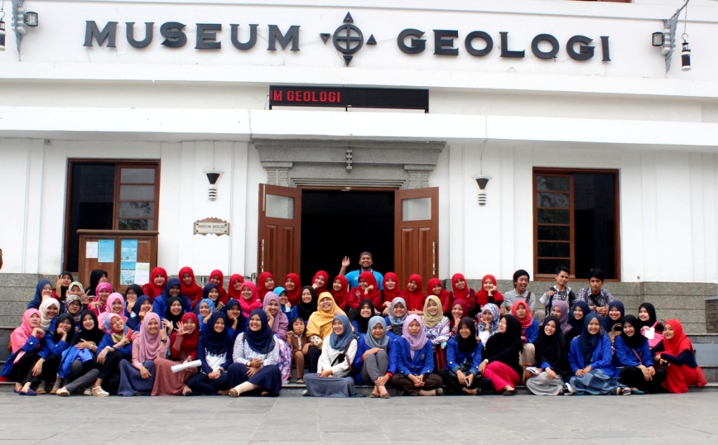 Vacation Ummi Edukasi Wisata Bandung Ciss Berfoto Bareng Depan Pintu