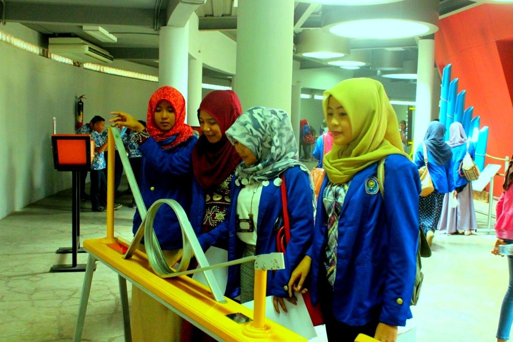 Vacation Ummi Edukasi Wisata Bandung Peserta Mencoba Salah Satu Alat