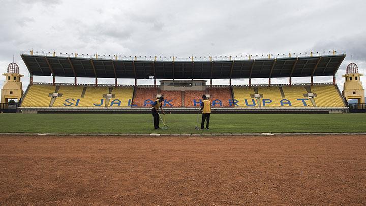 Jadi Venue Asian Games Stadion Jalak Harupat Direnovasi Foto Pekerja