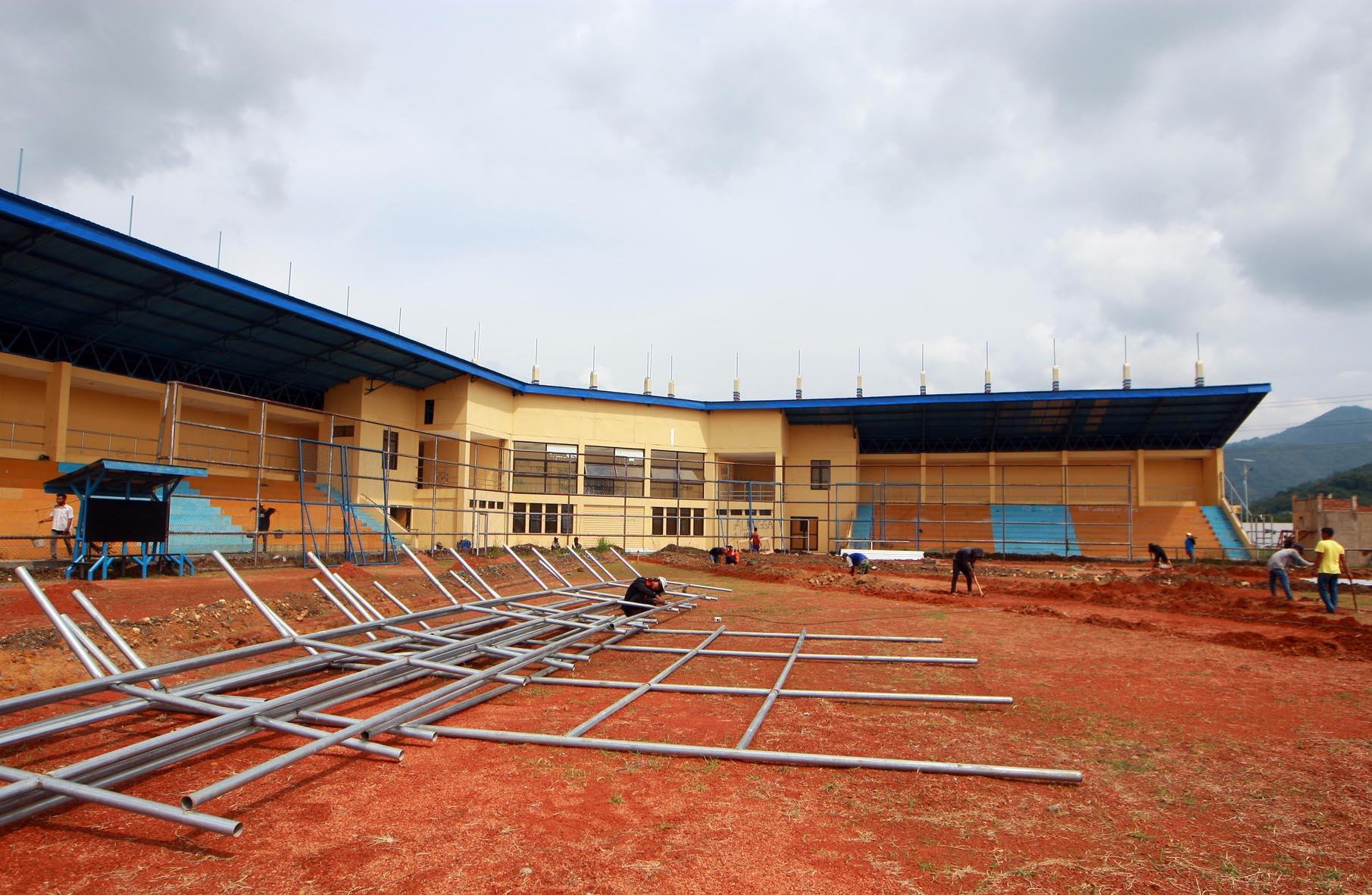 Venue Sofbol Direnovasi Pikiran Rakyat Sejumlah Pekerja Melakukan Renovasi Kawasan
