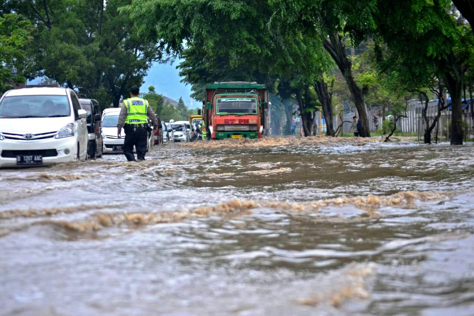 Kawasan Cekungan Bandung Makin Banjir Mongabay Id Kendaraan Menerobos Genangan