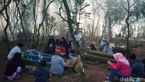 Mengunjungi Mata Air Berkhasiat Kabupaten Bandung Jelang Ramadan Pemakaman Dipenuhi