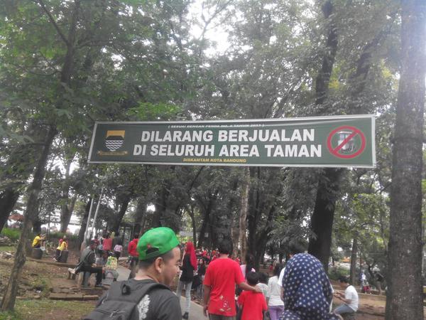 Tjilakiplein Berubah Dunia Aleut Banner Larangan Berjualan Taman Lansia Foto
