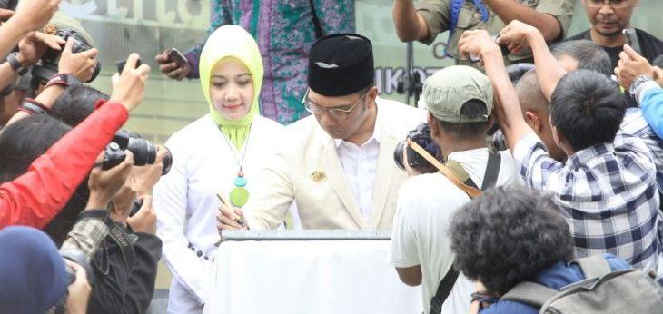 Ridwan Kamil Resmikan Skywalk Teras Cihampelas Pojok Bandung Didampingi Istri