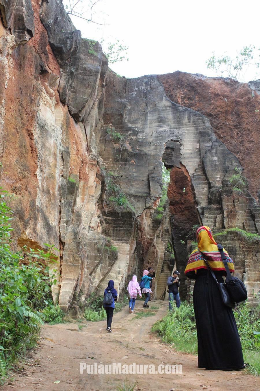 Obyek Wisata Tambang Bukit Kapur Arosbaya Bangkalan Gerbang Alam Batu