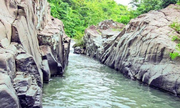 Wisata Air Terjun Batu Raja Manitan Madura Populer Kab Bangkalan