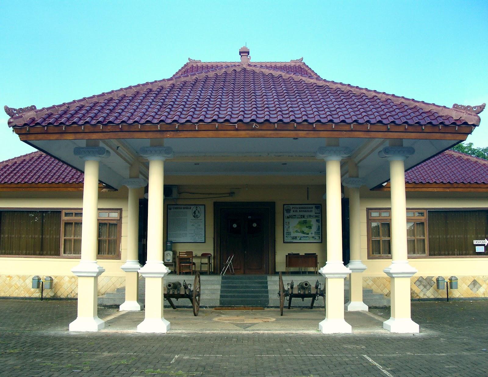 Wisata Sejarah Museum Cakraningrat Bangkalan Madura Gerbang Tampak Depan Gedung