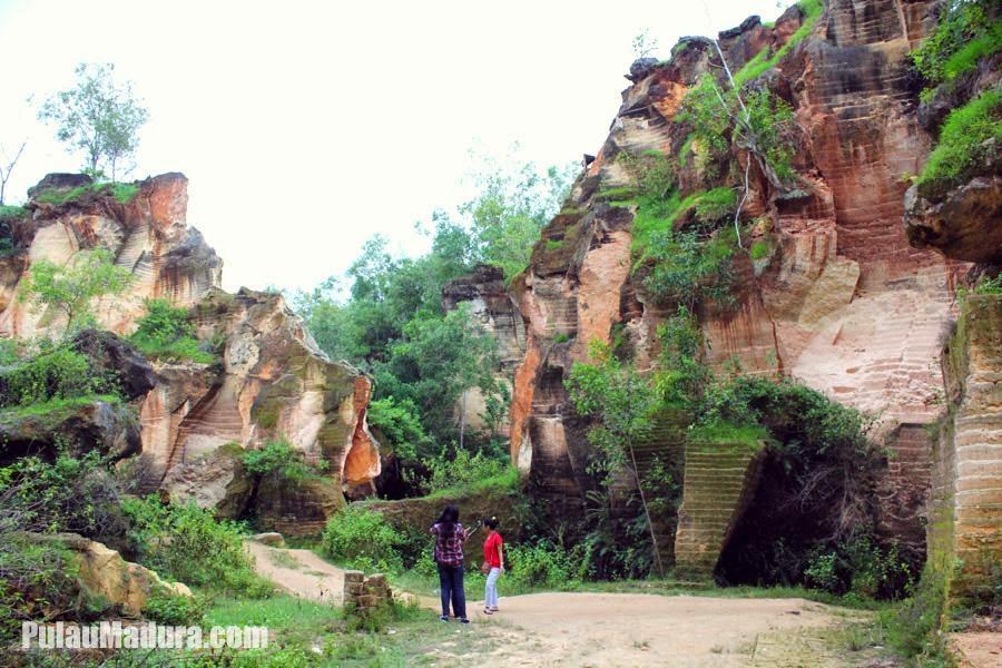 Obyek Wisata Tambang Bukit Kapur Arosbaya Bangkalan Gerbang Alami Batu