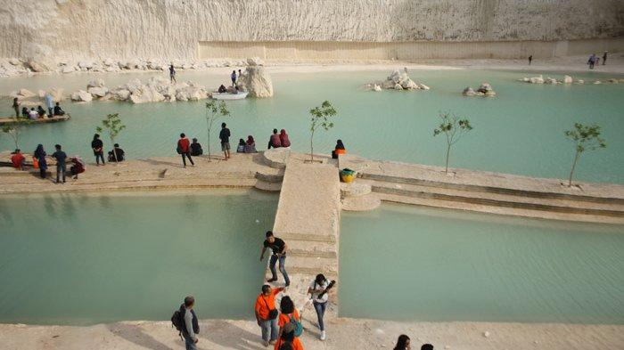 Tenggelam Keindahan Danau Biru Bukit Jaddih Madura Surya Kab Bangkalan