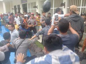 Terdakwa Pembunuhan Pantai Rongkang Jadi Sasaran Amukan Massa Mendatangi Pn