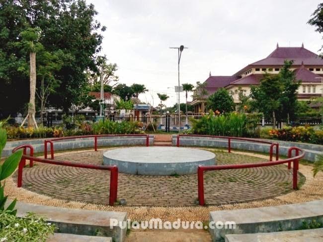 Gerbang Pulau Madura Tempat Duduk Taman Paseban Kab Bangkalan