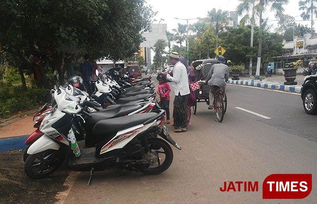 Pakai Bahu Jalan Parkir Liar Dikeluhkan Pengendara Jatim Times Tempat