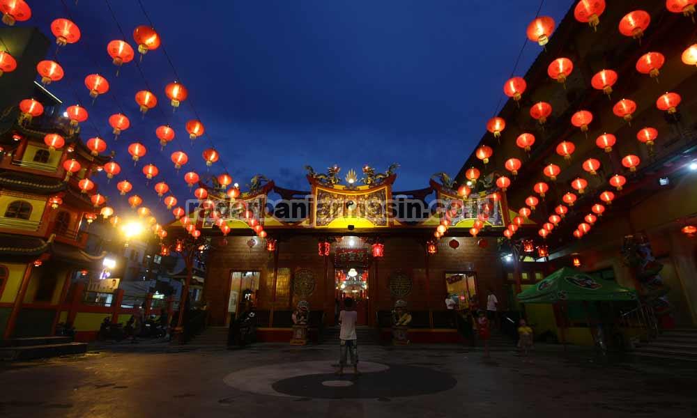 Warga Tionghoa Gelar Ritual Doa Klenteng Radar Banjarmasin Imlek Suasana