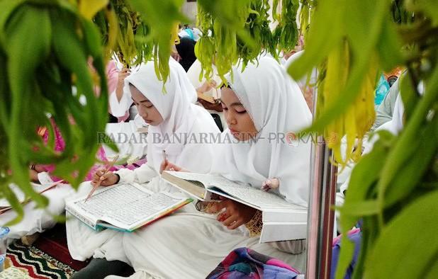 5670 Siswa Ikuti Khataman Alquran Masjid Raya Sabilal Muhtadin Mengaji