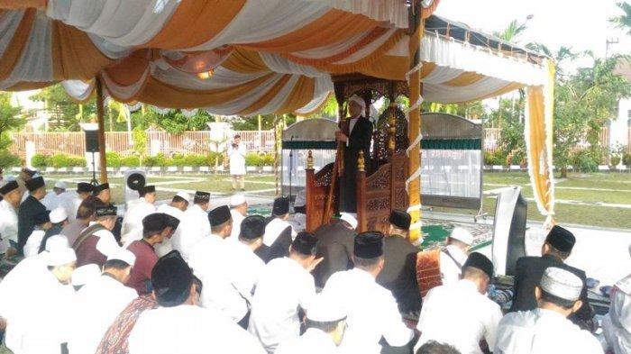 Gubernur Paman Birin Pimpin Doa Usai Salat Ied Masjid Raya