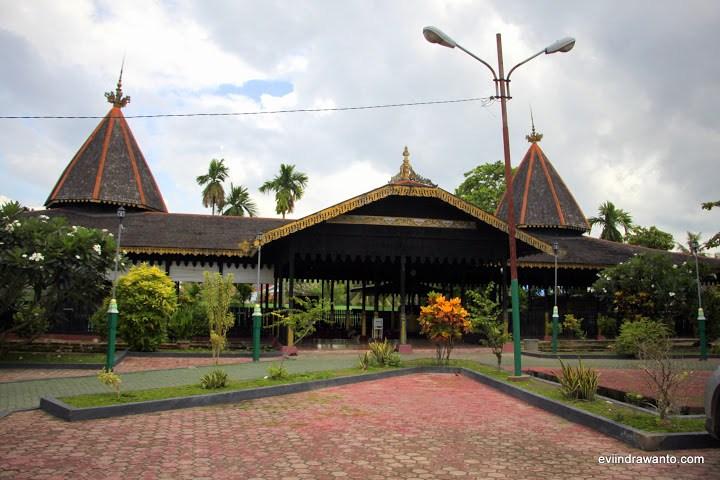 Foto Makam Sultan Suriansyah Jurnal Perjalanan Evi Indrawanto Bangun Khas