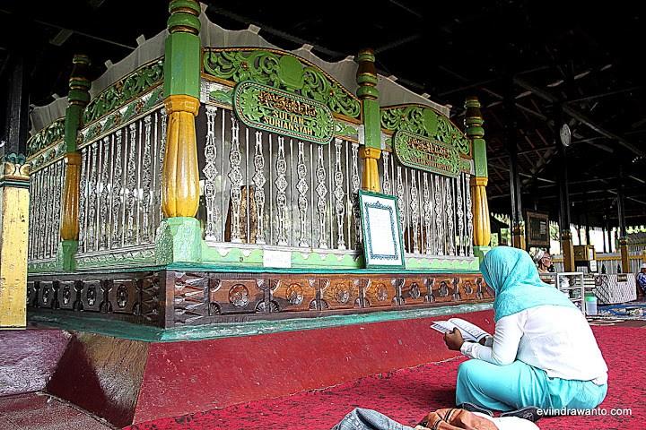 Foto Makam Sultan Suriansyah Jurnal Perjalanan Evi Indrawanto Banjarmasin Masjid
