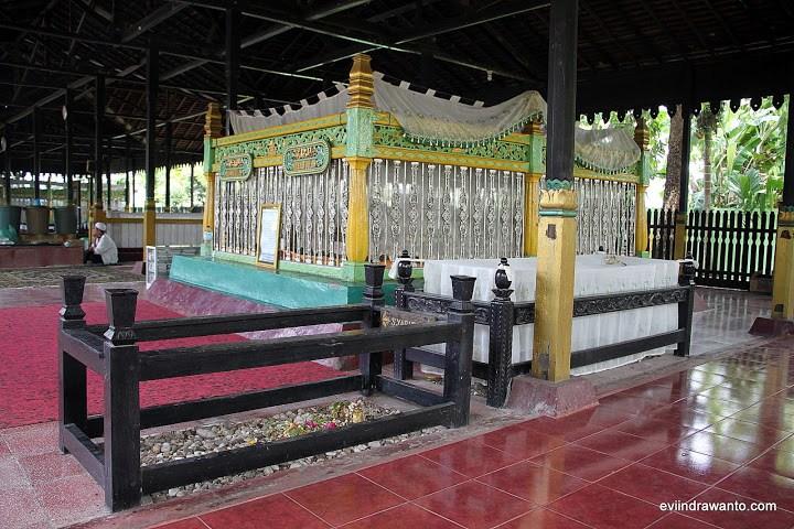 Foto Makam Sultan Suriansyah Jurnal Perjalanan Evi Indrawanto Rahmatullah Anaknya