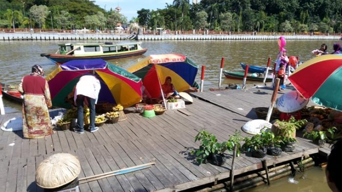 Pasar Terapung Siring Pengunjungnya Banjarmasin Post Menara Pandang Kab