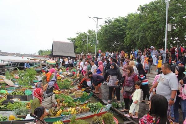 Pasar Terapung Siring Sungai Martapura Banjarmasin Menara Pandang Kab