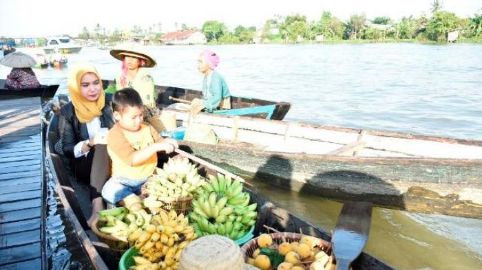 Bawa Istri Keluarga Wabup Banjar Kunjungi Pasar Terapung Lok Baintan
