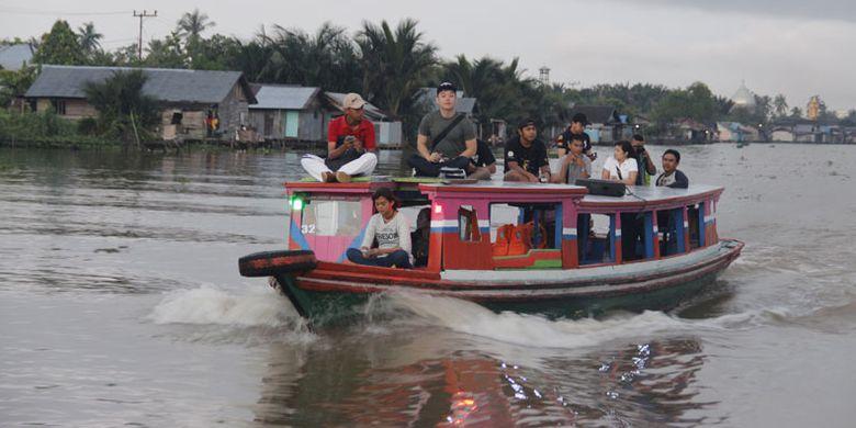 Pasar Terapung Lok Baintan Berbelanja Sambil Bergoyang Wisatawan Menggunakan Kapal