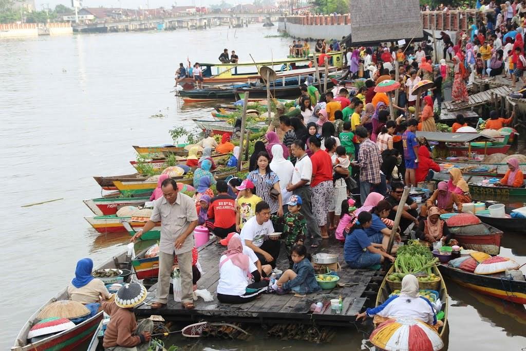12 Tempat Wisata Banjarmasin Menarik Dikunjungi Kegiatan Jual Beli Pasar