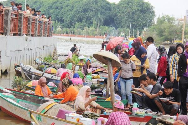 Pasar Terapung Siring Sungai Martapura Wisata Banjarmasin Lebih Dikenal Mengapung