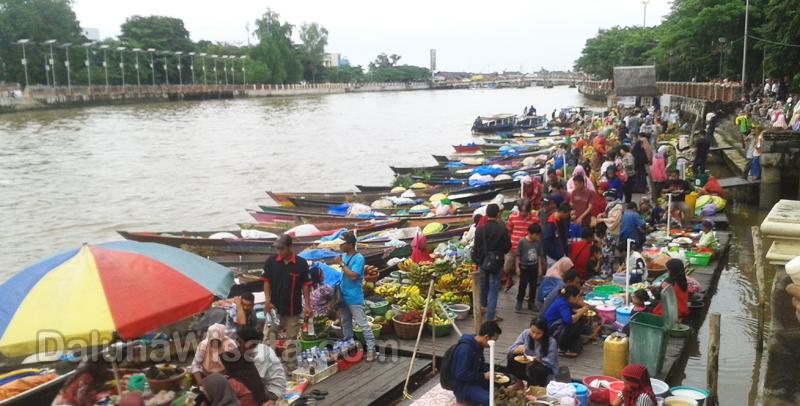 Pasar Terapung Tempat Berwisata Sekaligus Belanja Banjarmasin Berbeda Dua Diatas