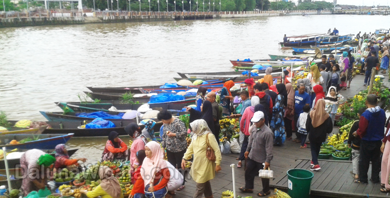 Pasar Terapung Tempat Berwisata Sekaligus Belanja Banjarmasin Dipasar Pedagang Merapat
