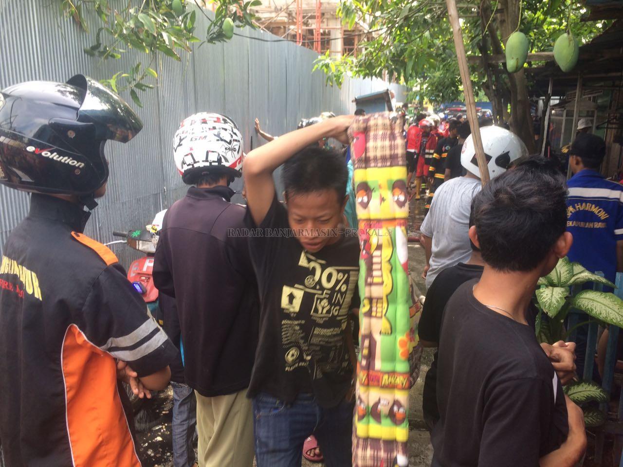 Satu Rumah Terbakar Belakang Taman Kamboja Radar Banjarmasin Menyelamatkan Barang