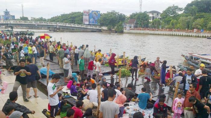 Pasar Terapung Siring Tendean Penuh Sesak Oleh Wisatawan Taman Sungai
